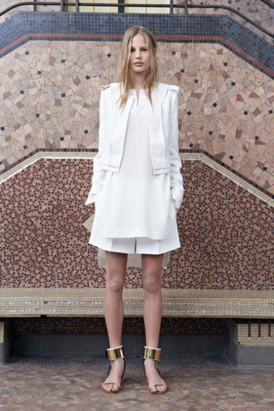 vit blazer med utsvängd miniklänning med krage och platta sandaler med guld ankelrem