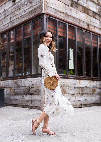 vit tryckt maxi chiffongklänning med platta sandaler