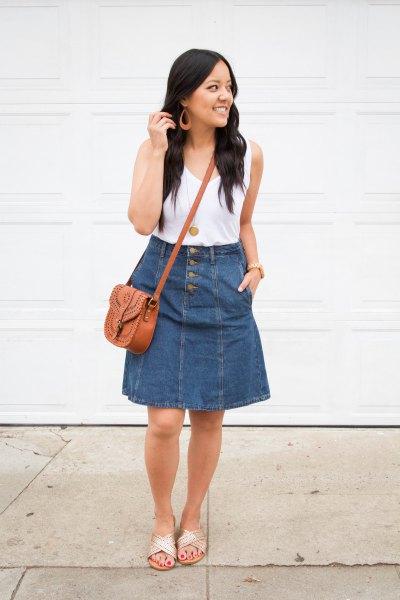 vit linne med scoop-urringning och vidgad knälång kjol i blå denim