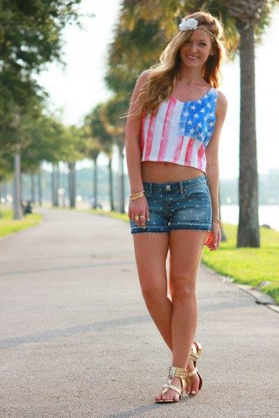 Amerikansk flagga kort linne, jeansshorts och guldsandaler