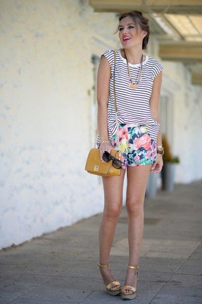 ärmlös svartvita randig linne med mini shorts med blommönster