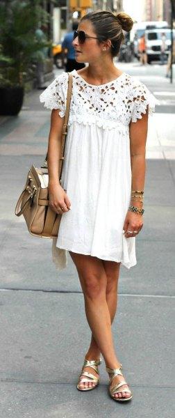 Veckad miniklänning i gunga i vit spets med kepsärmar och gyllene sandaler