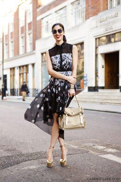 svart ärmlös blus med prickig chiffong mini kjol och guld sandaler