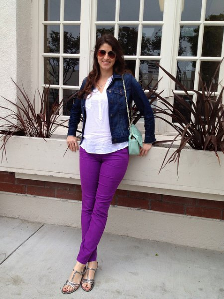 Marinblå jeansjacka med vit topp och lila jeans