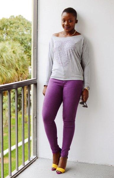 ljusgrå långärmad t-shirt med båthalsring och lila jeans
