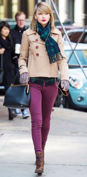 rodnad rosa kort ullrock med lila skinny jeans
