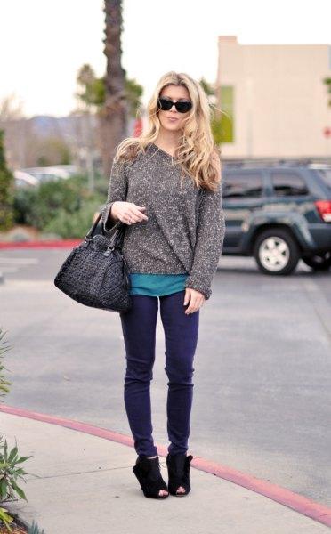 ljunggrå, tjock tröja med lila jeans och mockaskor