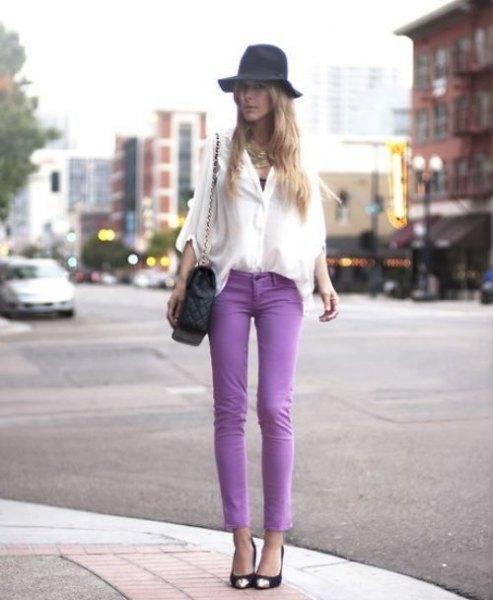 vit chiffongblus med vida ärmar, lila skinny jeans och floppy hatt