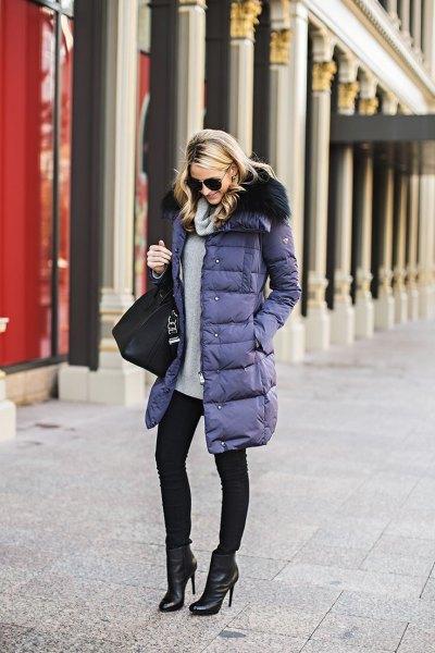 lila lång pufferrock med grå tröja och svarta skinny jeans