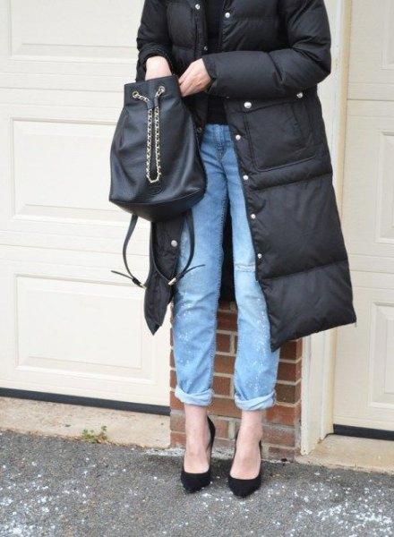 svart, midi-lång pufferrock med blå jeans med manschett