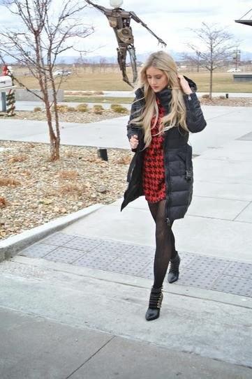 svart lång pufferrock med röd och svart rutig miniklänning