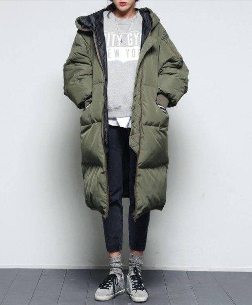 grön lång pufferrock med grå tröja och svarta jeans