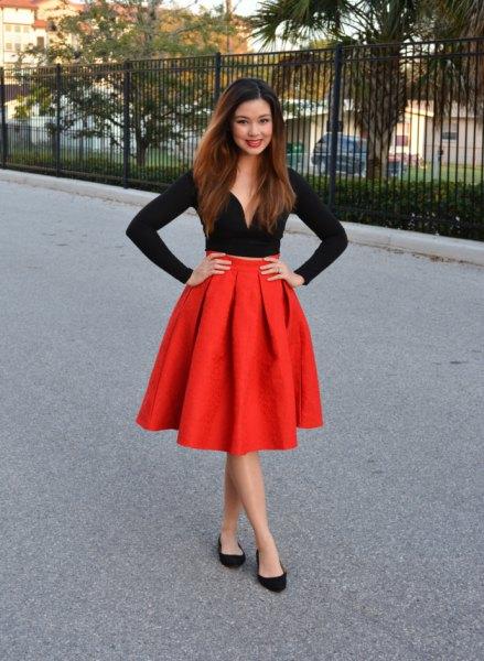 svart långärmad svettstil topp, röd utsvängd veckad kjol