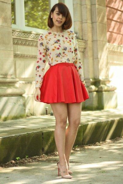 vit blommig långärmad blus, röd veckad minirater kjol