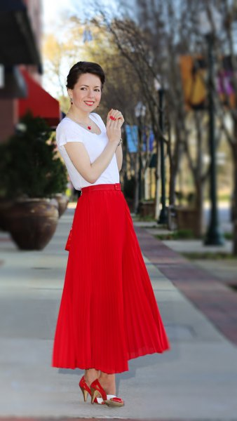 röd maxi veckad kjol vit chiffong t-shirt