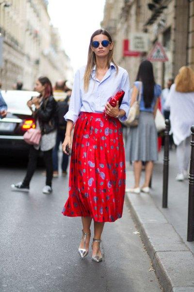 ljusblå knapp-up skjorta, röd polka dot midikjol