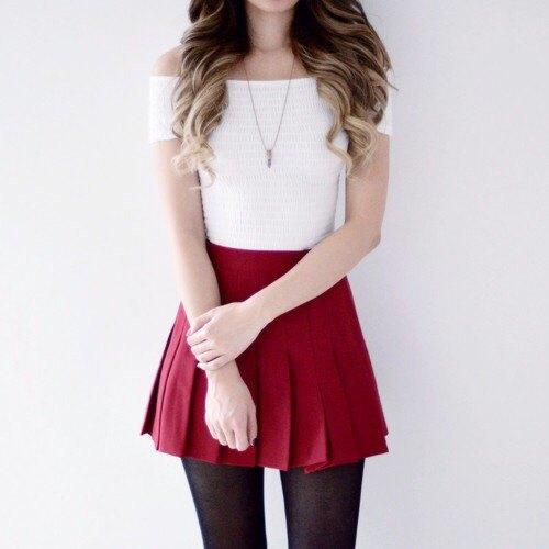 vit off shoulder röd mini veckad kjol