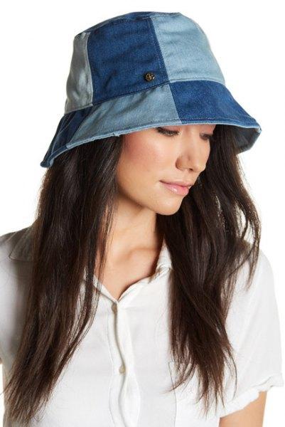 Blue Patch Denim Bucket Hat med vit polotröja och lastbyxor