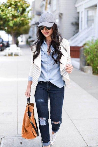 blå chambray-skjorta och vit kavaj