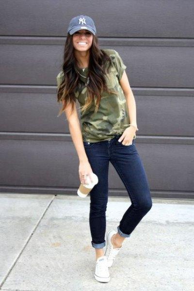 Jeanshatt med kamouflagetröja och jeans