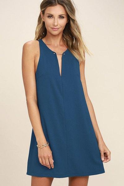 ärmlös gungklänning med marinblå V-ringning och klackar med öppen tå