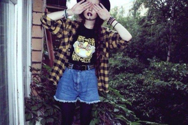Ljusgul och svart rutig skjorta med flytande jeansshorts