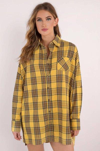 svart och gul rutig skjortklänning med knappar och mini-shorts