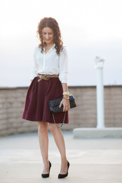 vit skjorta med knapp och minirater kjol med bälte
