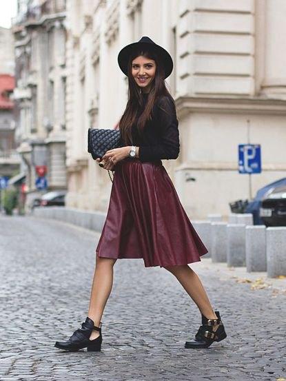 svart figur-kramad topp med siden kjol och filthatt