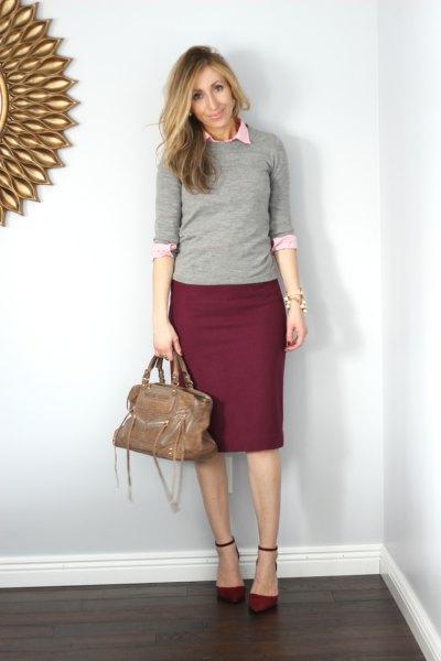 grå tröja med halva ärmar, vit skjorta med knappar och vinröd pennkjol