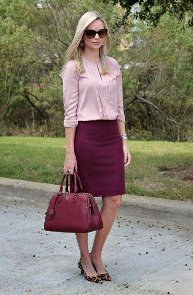 Ljusrosa veckad blus med burgundy kjol och klackar med leopardmönster
