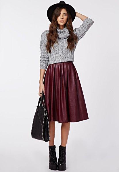 Kort stickad tröja med grå vattenfallshalsringning och utsvängd kjol i midisilke