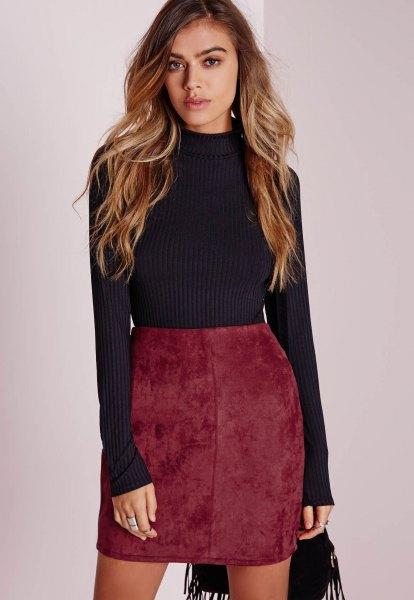 svart, ribbad, figur-kramad tröja med mock-hals och minikjol av vinröd mocka