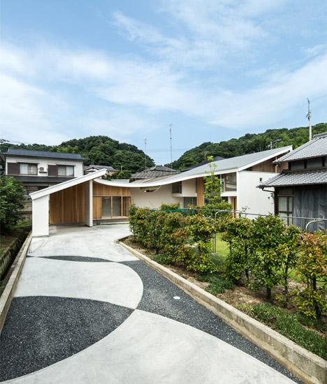 Shawl House av Y + M Design Office har ett tak som lutar ner till.