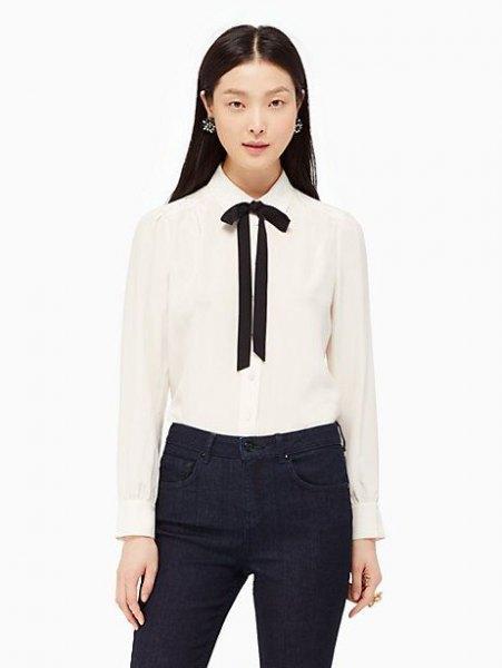 vit och svart flugknappskjorta med svarta skinny jeans