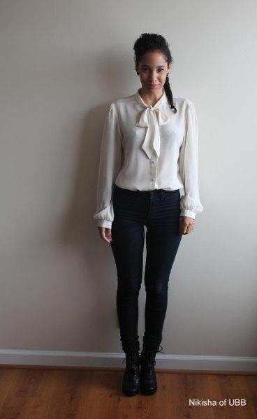 vit skjorta med matchande fluga och tunna svarta jeans