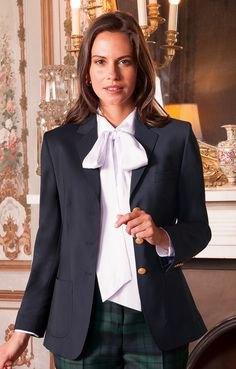 vit blus med svart kavaj och grå rutiga byxor