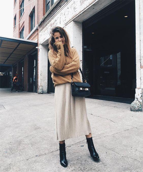 Veckad kjol med en tröja mitt på kalven