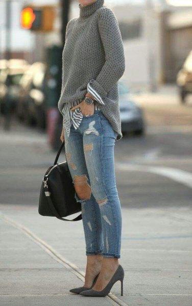 grå stickad tröja med randig pojkvänskjorta och rippade jeans