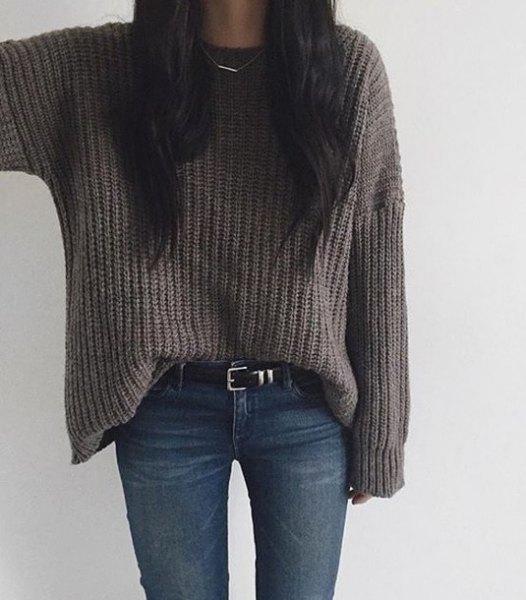 grå, grovstickad tröja med mörkblå skinny jeans och bälte