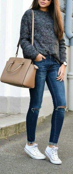 ljunggrå tröja med blå jeans och rosa plånbok