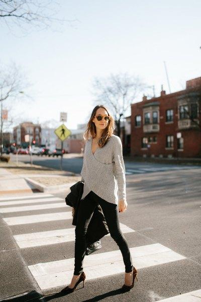 grå omslagströja med svarta skinny jeans