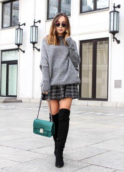 grå tröja med rutig skaterkjol