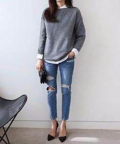 grå stickad tröja med vit skjorta och rippade skinny jeans