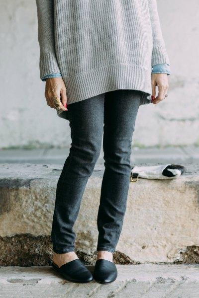 Stor ribbstickad tröja med grå skinny jeans