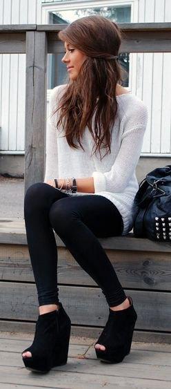 vit tröja klänning med leggings och svarta kil stövlar med öppna tår