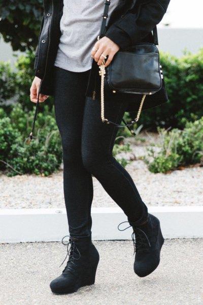 svart lång trenchcoat med leggings och kilstövlar