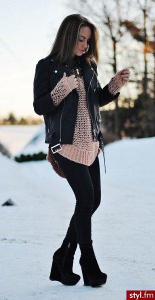 svart läderjacka med crepe virkad tröja och fotkängor