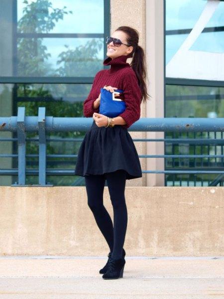 Vinröd tröja med långärmad tröja, skaterkjol och svarta kilstövlar