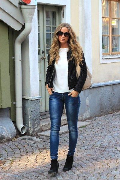Bomberjacka med smala jeans och svarta kilstövlar